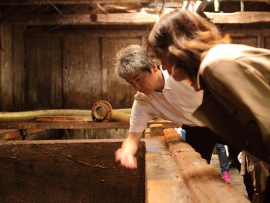 天然醸造の醤油蔵にふれて 醤油しぼり体験